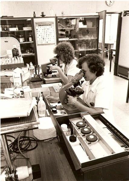 1981.20 Jannet en Diny diffen